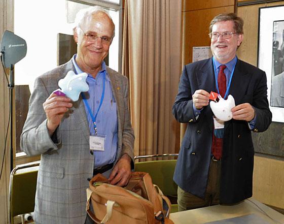 Доктор Дэвид Гросс с глюоном и доктор Джордж Смут с фотоном.